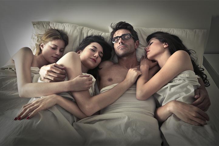 Mijn vriend is met drie vrouwen aan het neuken!